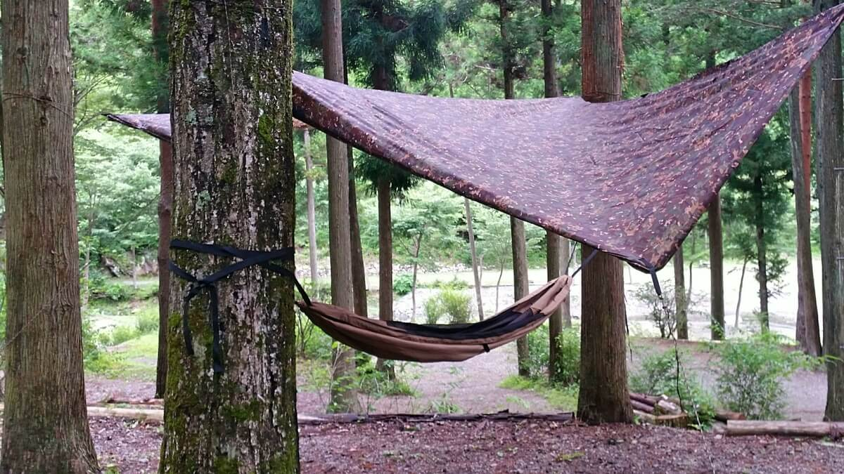 木々の間に吊るしたハンモック