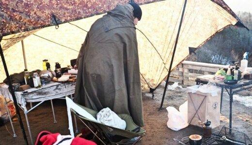 軍用ポンチョが冬キャンプの焚き火ウェア最強装備となる3つの理由