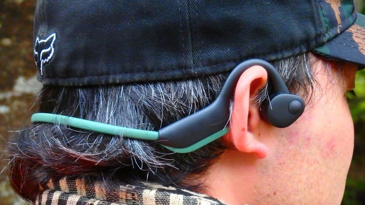 骨伝導ヘッドフォンを装着した姿