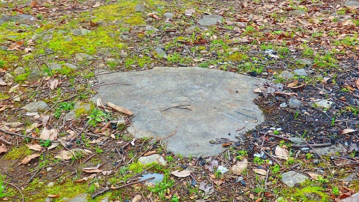 キャンプ場にあった石の土台