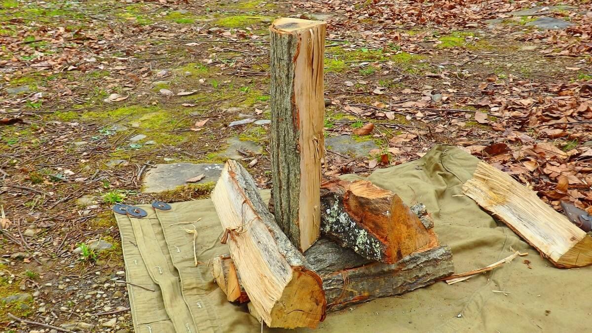 割りたい薪を他の薪で支える