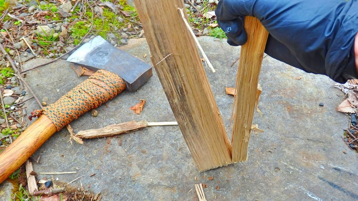 最後は薪を手で割く