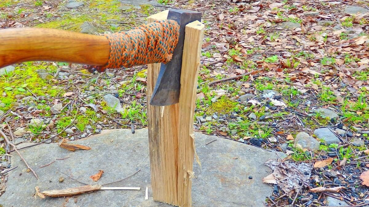 複数回斧を振り下ろして割った薪
