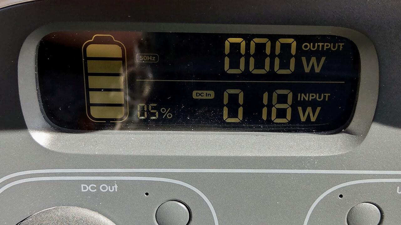 AUKEY PowerStudioにソーラーパネルを地面に広げて充電した時の電力