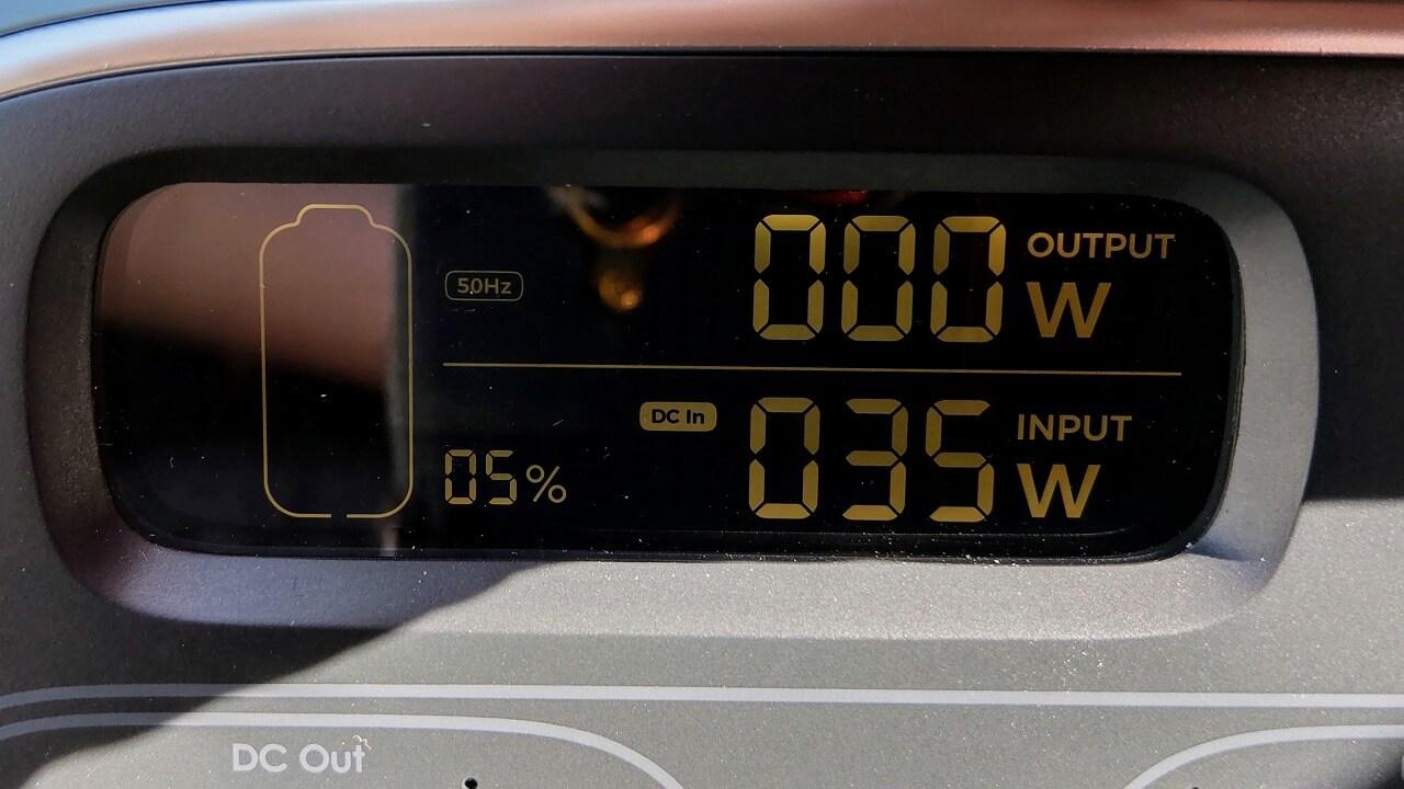 AUKEY PowerStudioにソーラーパネルを太陽に向けて立てて充電した時の電力