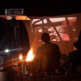 EENOUR EB50でキャンプの夜にプロジェクターで焚き火を囲んだ映画鑑賞会