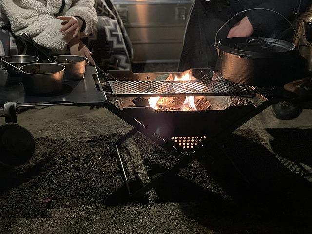 五徳とサイドテーブルを連結した焚き火台 ZG-1で焚き火
