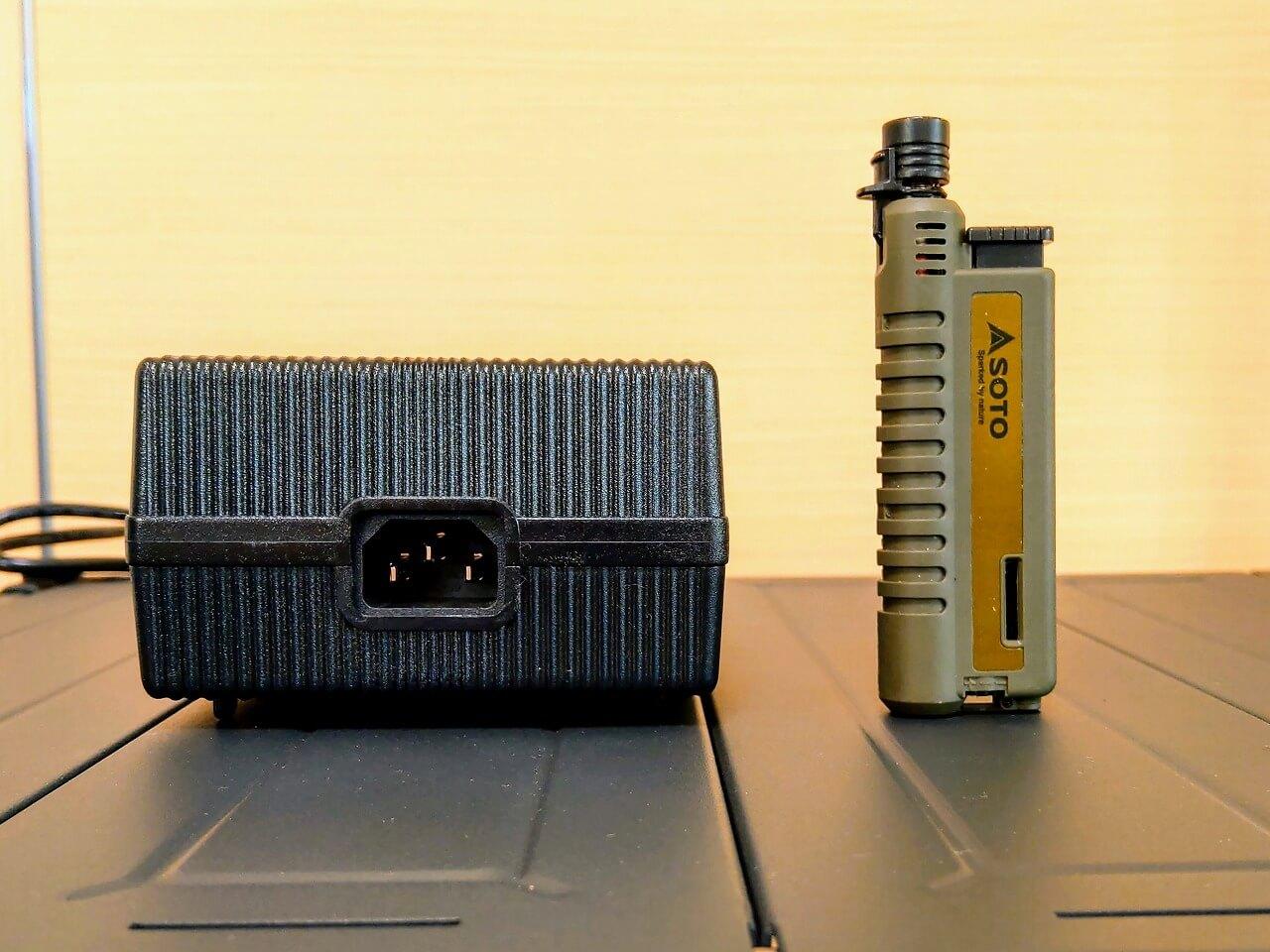 BLUETTI ポータブル電源 AC200PのACアダプターをスライドガストーチをサイズ比較