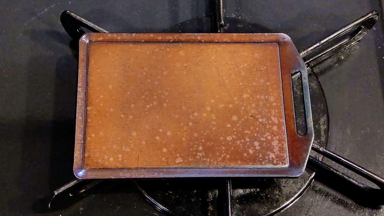 セリア ミニ鉄板 シーズニング・オリーブオイルを塗り終わった鉄板を火にかける