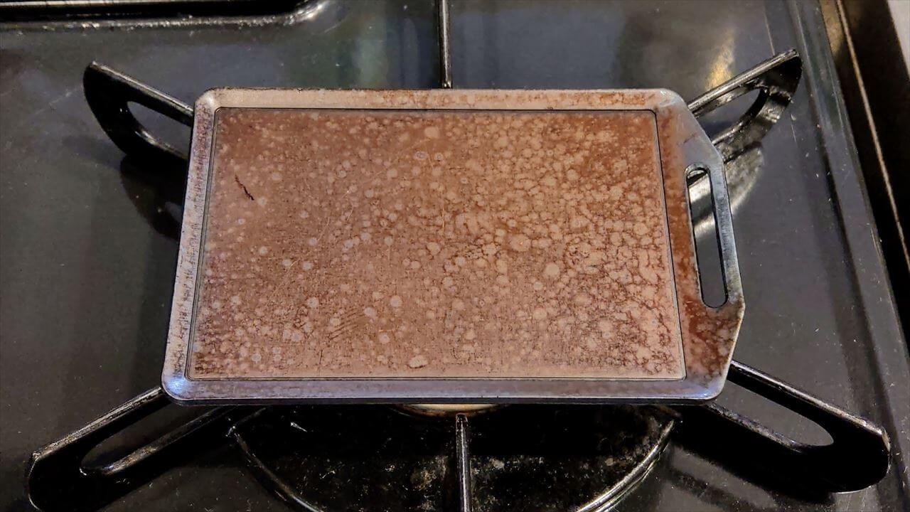セリア ミニ鉄板 シーズニング・鉄板から煙が出なくなるまで火にかける