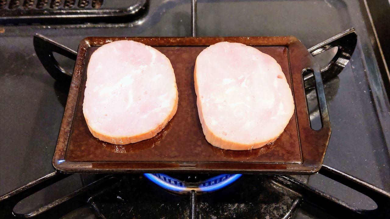 セリア ミニ鉄板で厚切りハムを焼く