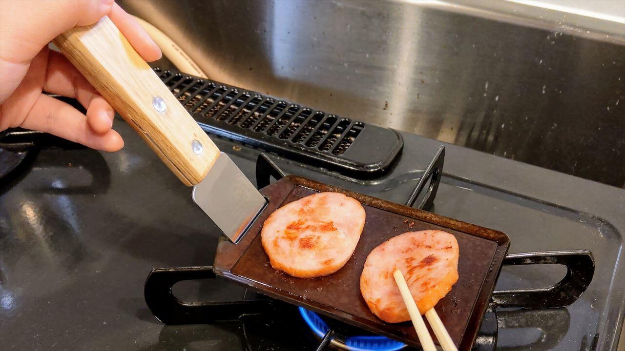 セリア ミニ鉄板で厚切りハムを焼く・箸でひっくり返す際にリフター代わりのスクレーパーがあると安定する
