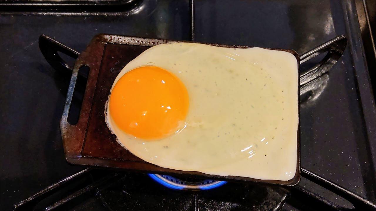 セリア ミニ鉄板で卵を焼く
