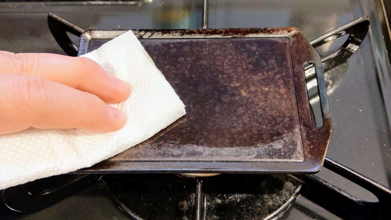 セリア ミニ鉄板 使用後のお手入れ・水気を飛ばしたらオリーブオイルを塗りこむ