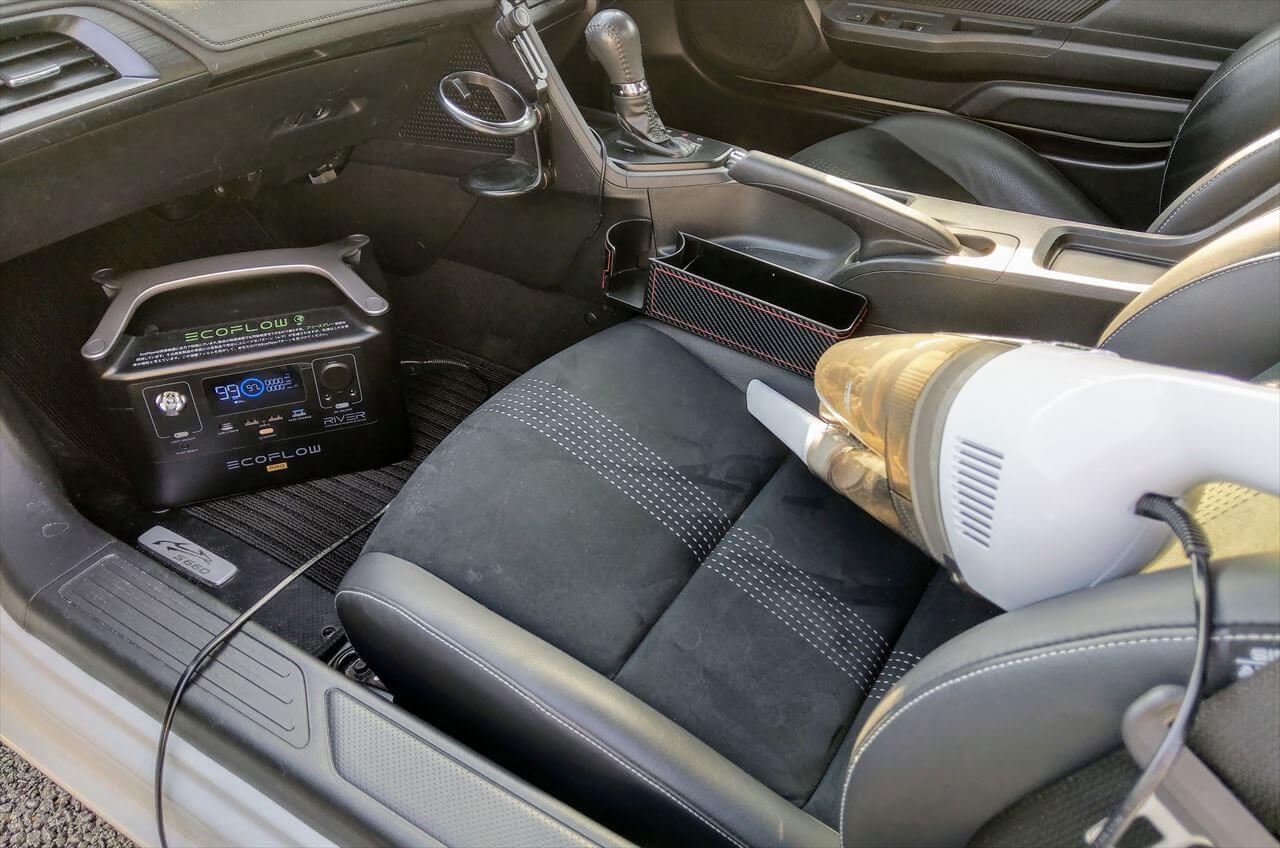 EcoFlow RIVER Pro ポータブル電源に繋いだ掃除機で車内を清掃